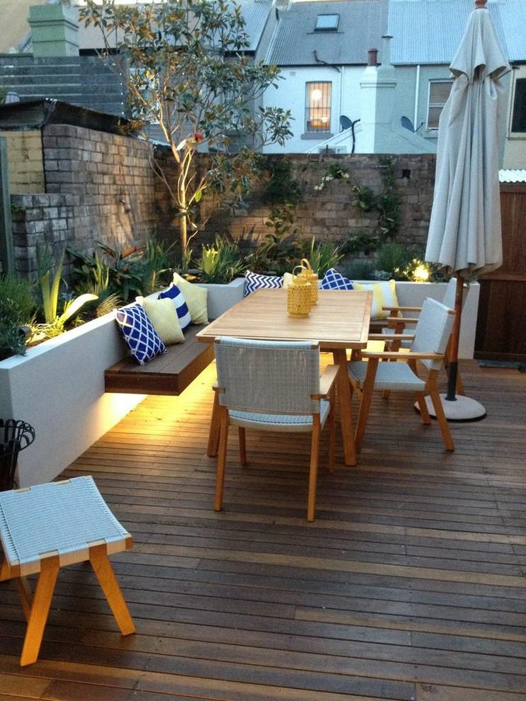 Terraza con muebles y suelo de madera