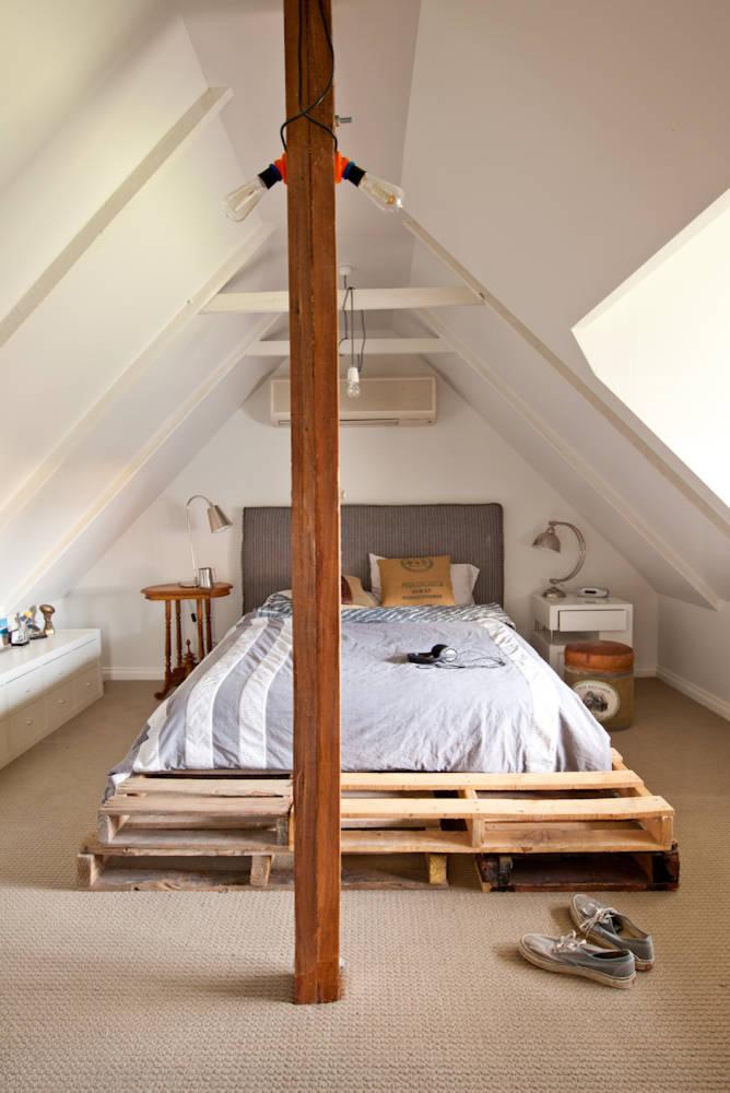 Dormitorio contemporáneo con una cama hecha con palets