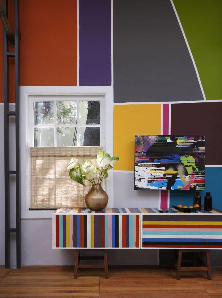 Salón moderno con mezcla de colores